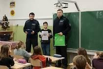 Autory nejlepších prací ocenili policisté přímo ve škole.