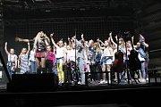 Píseň Láska v housce si se zpěvačkou přímo na pódiu zazpívalo asi 20 dětí.
