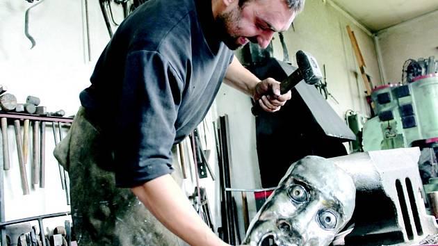 Umělecký kovář Jan Bek.