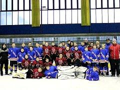 SPOLEČNÝ snímek obou hokejových týmů.