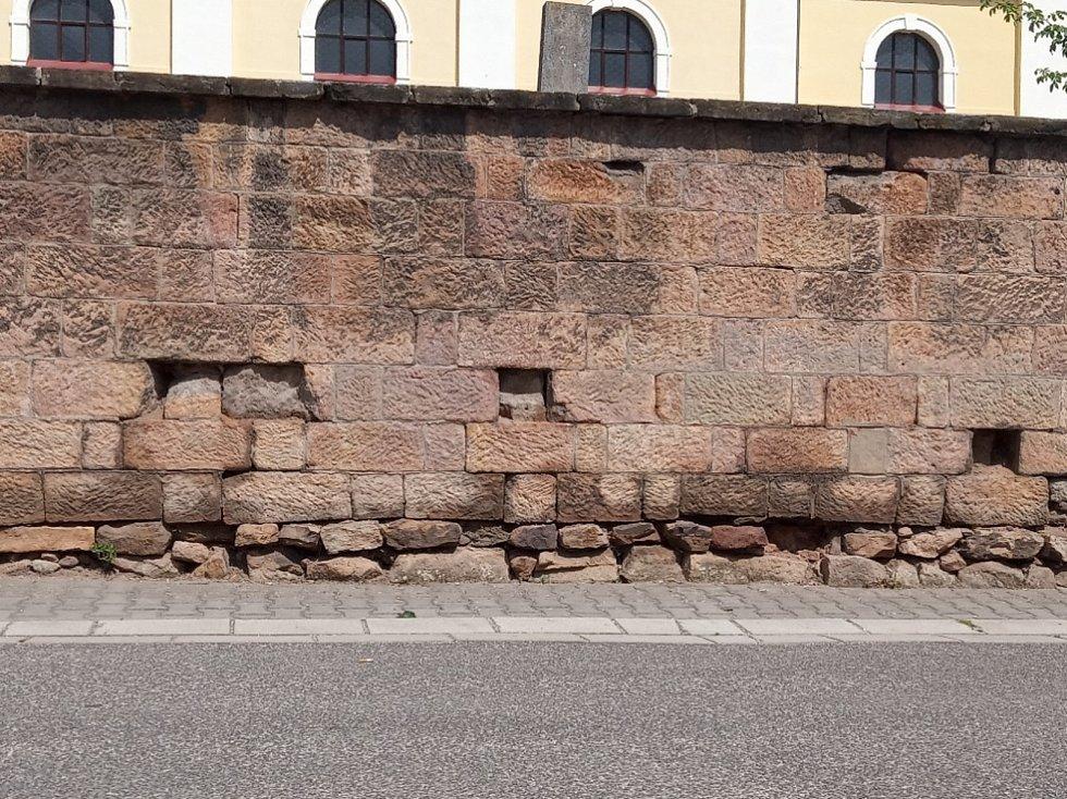 Ostudy Lázní Bělohrad, rozpadlá zeď u kostela Všech svatých.