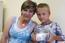 Z DOLNÍHO BOUSOVA si pro třetí cenu přijela Olga Ozdinová. Odvezla si mobilní telefon pro dvě SIM mivvy dual music. Radost měl hlavně syn Patrik, který ho také vyzkoušel.