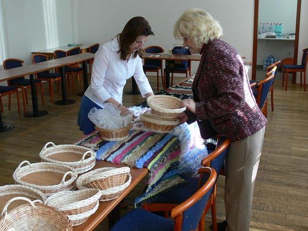 Irena Hevelová a Lucie Čurdová při instalaci výstavy.