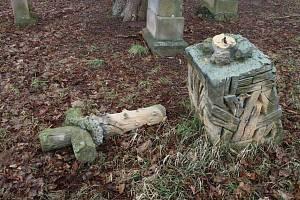 Poničené sochy na hřbitově v Železnici.
