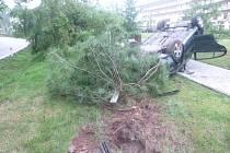 Při nehodě na okraji Bělohradu řidič vyvrátil strom a skončil s autem na střeše.