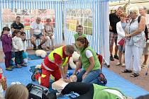 Jičínští zdravotníci učí veřejnost poskytovat první pomoc.