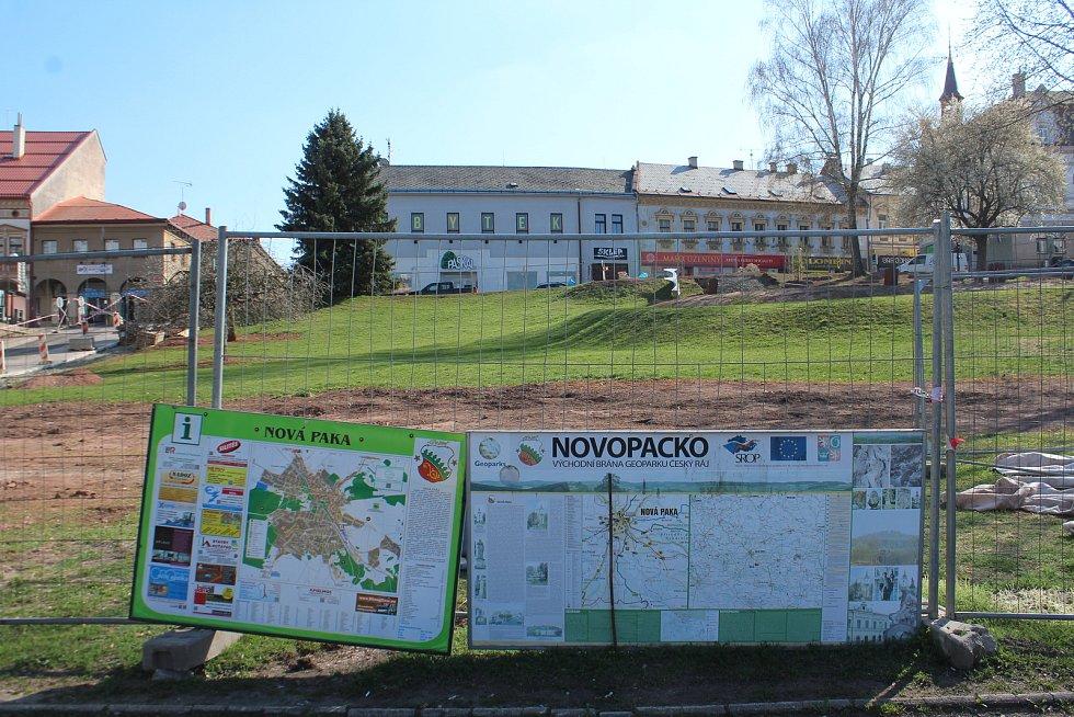 Odpočinková zóna v místě proluky nad Masarykovým náměstím v Nové Pace.