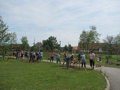 Obyvatelé Rohoznice vysázeli podél řeky Bystřice 52 listnáčů.