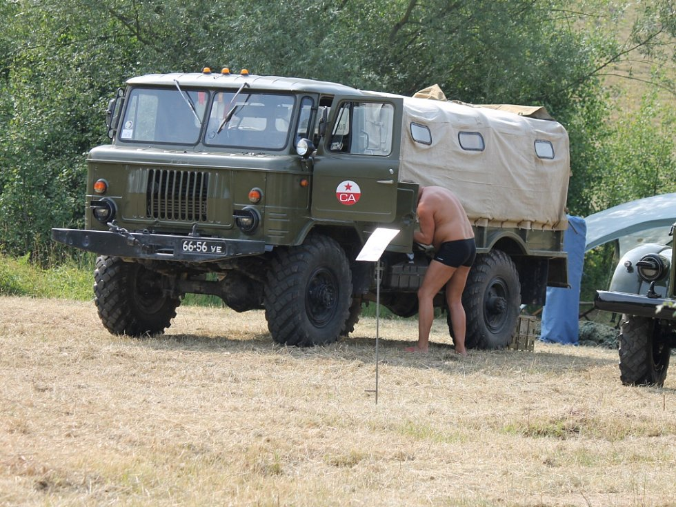 Armádní technika pod Zebínem.