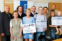 Šťastní vítězové fotosoutěže CK Osnado a Deníku ve společnosti zástupců Deníku - východní Čechy a ředitele CK OSnado Martina Soukupa (třetí zleva).
