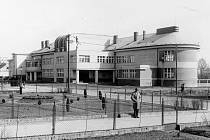 Historický snímek jičínské školy, dnešní Masarykovy obchodní akademie.
