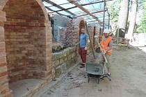 Renovace zdí u Valdštejnské lodžie.