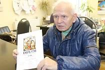 Karel Pokorný s diplomem za snímek Poslední requiem.