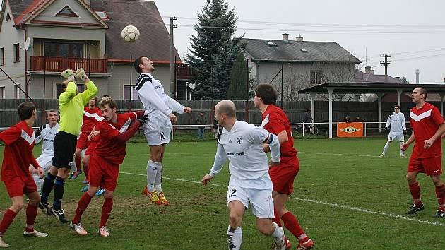 Bělohradští (v bílém) se dostali do vedení již ve 4. minutě. Zcela vpravo kapitán Petr Kazda.