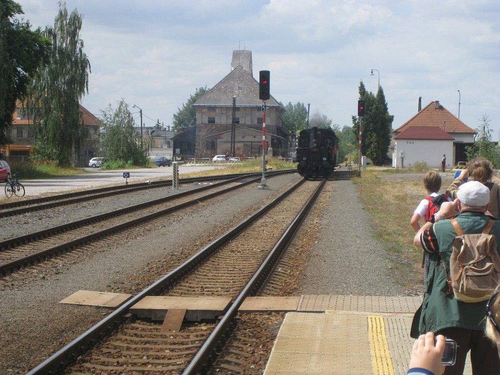 Cesta historické parní lokomotivy na trati k Hradci Králové.