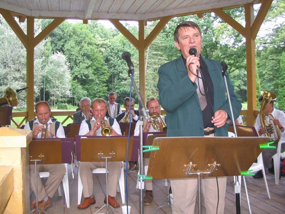 Dechový orchestr Javorka na jednom ze svých vystoupení v bělohradské Bažantnici.
