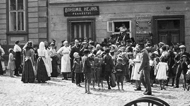Fronta na chléb před domem pekaře Bohumila Hejny v čp. 59 na jičínském Komenského náměstí v roce 1917, sbírka pozitivů a negativů RMaG v Jičíně.