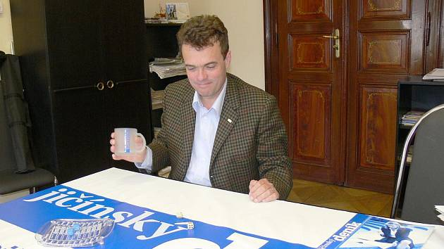 Tomáš Czernin v redakci Jičínského deníku.