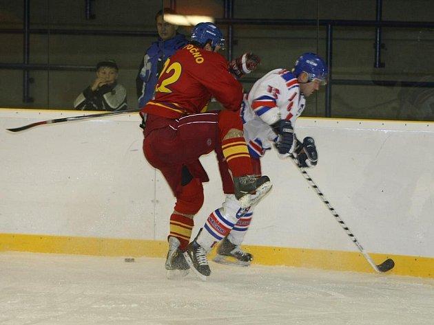 Hokejisté Náchoda (ve světlém) navázali na nedělní vítězství s Opočnem, když tentokrát vyhráli jednoznačně  v Novém Bydžově 7:0.