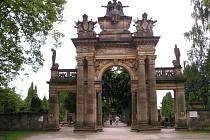 Hřbitovní portál v Hořicích.