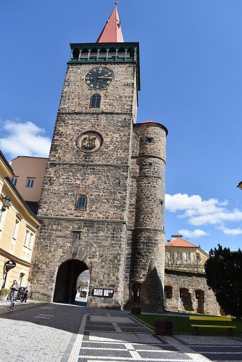 Z Valdické brány je výhled do širokého okolí, tvoří předěl průchodem ze Žižkova náměstí na Valdštejnovo.