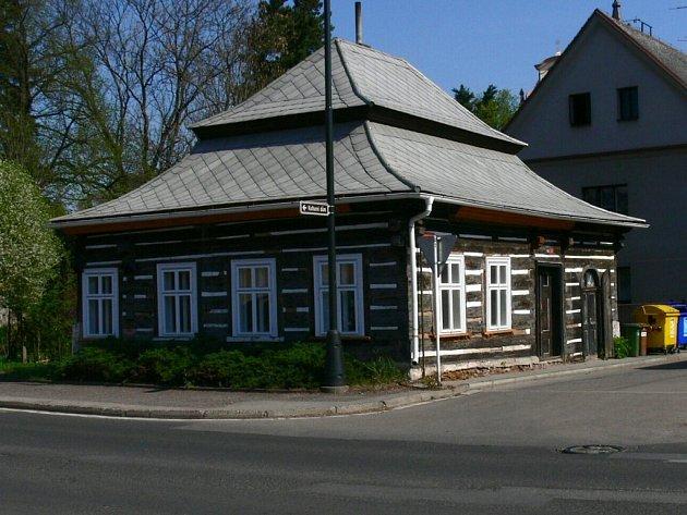 Dřevěná roubenka pod novopackým klášterem.