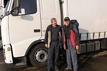 Ivan Pírko odjel kamionem C.S. Cargo z Jičína s řidičem Františkem Balcarem (vlevo).