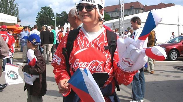 Hokejoví fanoušci si rádi pořídí i trikoty a pomůcky pro fandění.