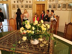 Interiér zámku Humprecht vyzdobený květinami.