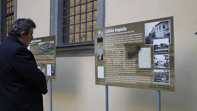 Výstavu o lidickém faráři najdete až do 6. října na nádvoří jičínského zámku.