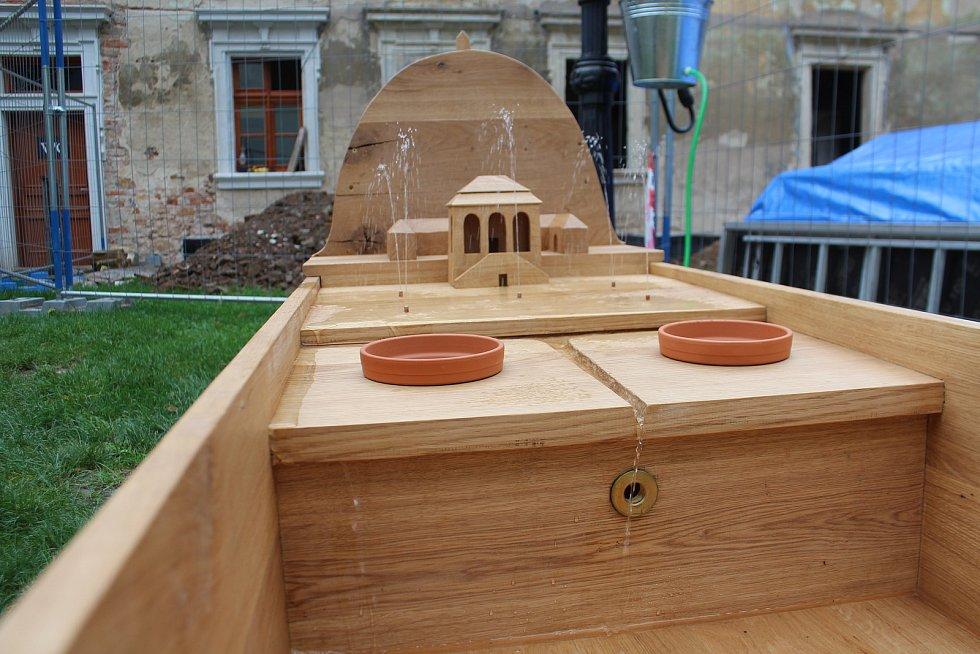 Valdštejnův vodní herní prvek, který zamýšlel vytvořit ve Valdštejnské lodžii, získal reálnou podobu. Dubový vodotrysk i s kopcem Zebín vytvořili manželé Lhotákovi s Robertem Smolíkem. Zdobí Valdštejnskou lodžii u Jičína.
