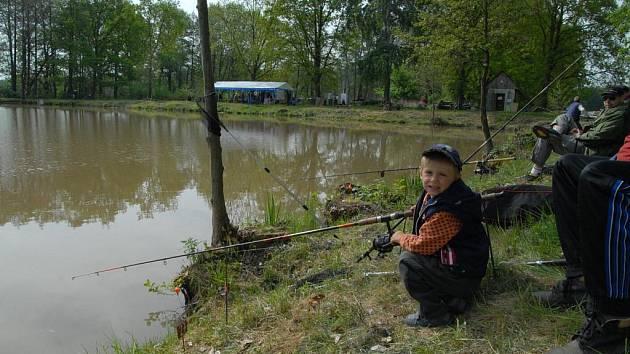 Závody rybářů u rybníka Jordánek.