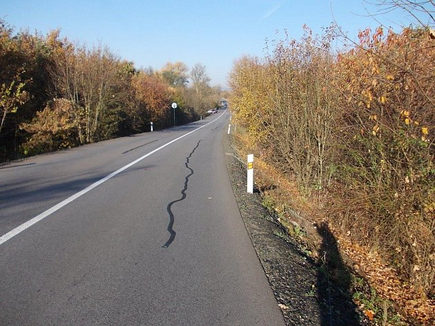 Poškozená silnice. Ilustrační foto.