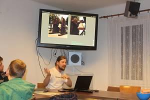 Výstava soch absolventů AVU v Úbislavicích.