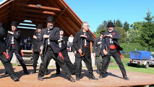 Vystoupení skupiny mužoretů Artrosa.