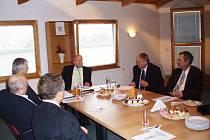 V bělohradských Anenských slatinných lázních jednali představitelé krajské komory s náměstkem ministra dopravy Emanuelem Šípem (uprostřed).