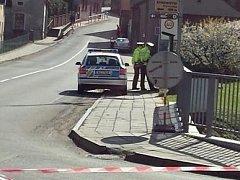 Policisté parkující na chodníku.