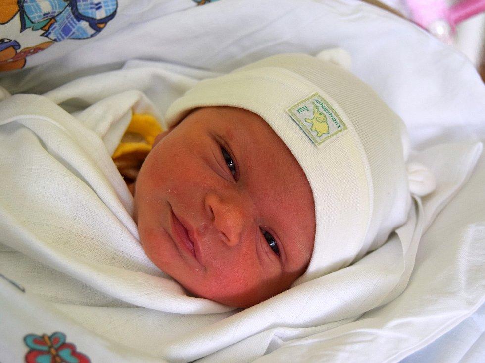 Tobiáš Saljak se narodil 8. dubna s mírou 48 cm a váhou 2,95 kg. Radují se rodiče Zuzana a Ivan Saljakovi z Holína. Doma už na brášku čeká dvouletý Sebastián. Foto: Martina Šepsová