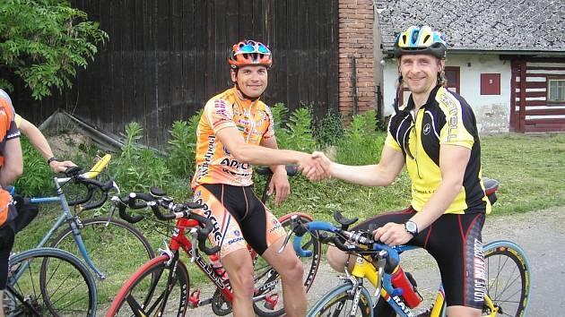 Druhý v cíli Martin Vondra gratuluje k vítězství Karlu Horákovi (vpravo).