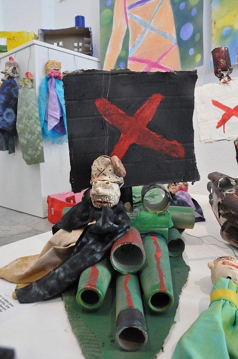Výstava je inspirována návštěvou královéhradeckého divadla Drak, chrudimského Muzea loutkářských kultur a dílem všestranného umělce Františka Skály. Někteří malinko zabrousili i do horůrků Tima Burtona.