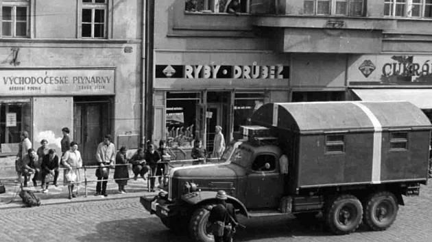 Rusové v Jičíně 1968: Husova ulice.
