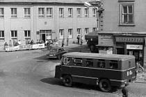 Rusové v Jičíně 1968: nároží Husovy ulice.
