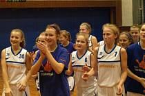 Radost holek po prvním vyhraném extraligovém zápase proti Plzni (78:71 po prodloužení).