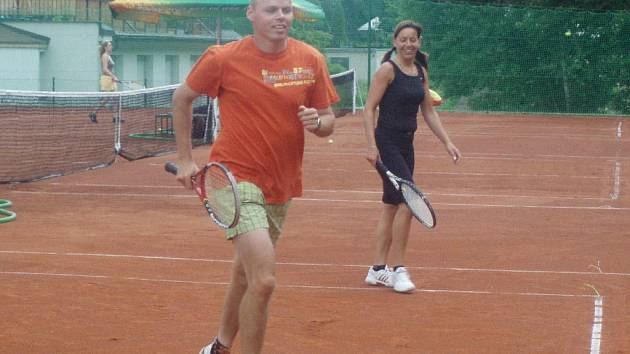 Vítězná deblová dvojice Tomáš Machek, jeden ze strůjců vzniklého klubu, a Ivana Grundová. Krásné kurty ještě září novotou...