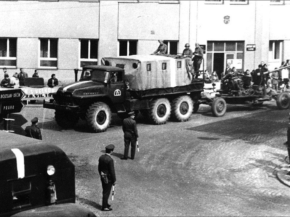 Rusové v Jičíně 1968: křižovatka Husovky.