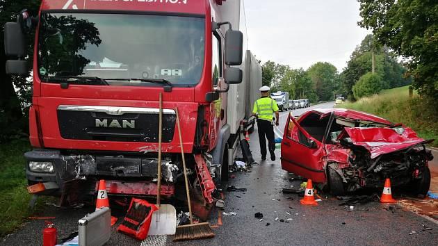 Čelní střet osobního automobilu a kamionu nepřežil spolujezdec.