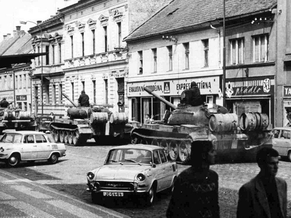 Rusové v Jičíně 1968: před kulturním domem.