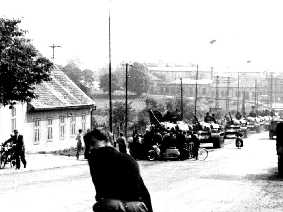 Rusové v Jičíně 1968: příjezd od sv. Václava.