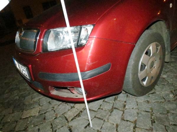 Poškozené auto na Valdštejnově náměstí.