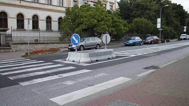 Město nechalo pro vyšší bezpečnost chodců odstranit odbočovací pruh u gymnázia.